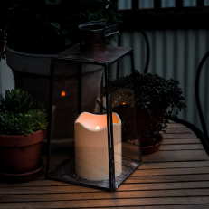 Battery powered candle with darkness sensor